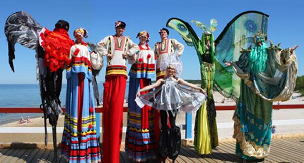 Театр на ходулях, отдых в Евпатории летом